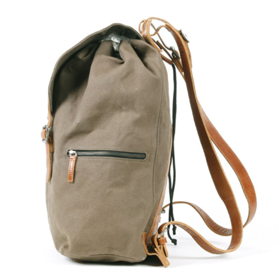 Legioner_city_backpack_olive_zijkant.jpg